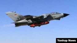 2011년 11월 남아공 오버버그 시험장에서 독일 공군 토네이도 전투기가 타우러스 KEPD 350 미사일(붉은색)을 장착하고 첫 시험발사를 위해 비행하는 모습. (자료사진)