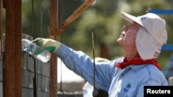美国前总统卡特帮助贫穷人口修建住屋。