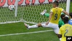 El colombiano Teo Gutierrez (número 9) anotó el Segundo gol de su equipo.