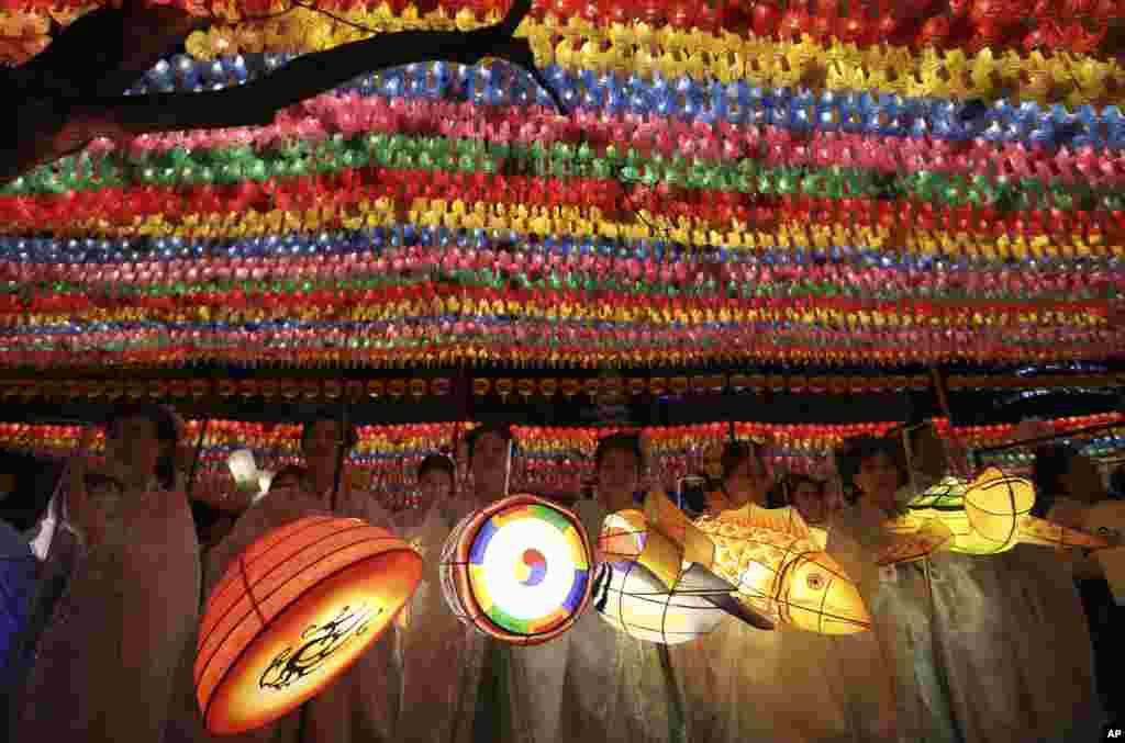 在韩国首尔的莲花灯节,佛教徒手持彩色灯笼,迎接佛诞节,纪念佛教创始人释迦摩尼诞生(2017年4月29日)