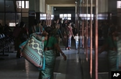 Seorang perempuan India yang sedang hamil berjalan bersama anaknya di RS Ibu dan Anak di Hyderabad, India, 12 November 2014.