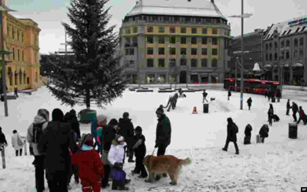 挪威首都奥斯陆12月正值严寒。记者抵达的第一天,白日温度为摄氏零下十来度。为什么每年要在12月10日举行颁奖仪式呢?因为这一天是发明家诺贝尔的周年祭日。