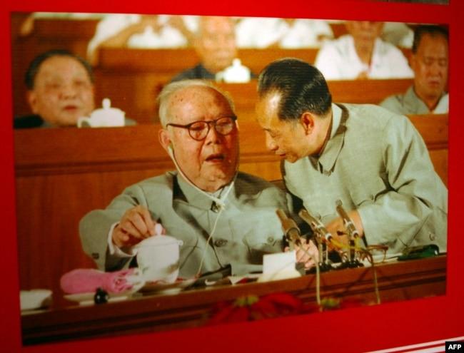 资料照:中共前领导人叶剑英(左二)和胡耀邦(右二)在1982年的中共第十二次全国代表大会上。赵紫阳(右)与邓小平(左)坐在后一排座位上。