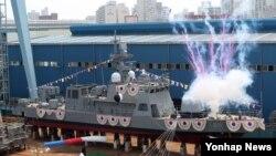 한국 해군은 28일 부산 한진중공업 영도조선소에서 210t급 신형 고속정의 선도함인 '참수리-211호정'의 진수식을 열었다.