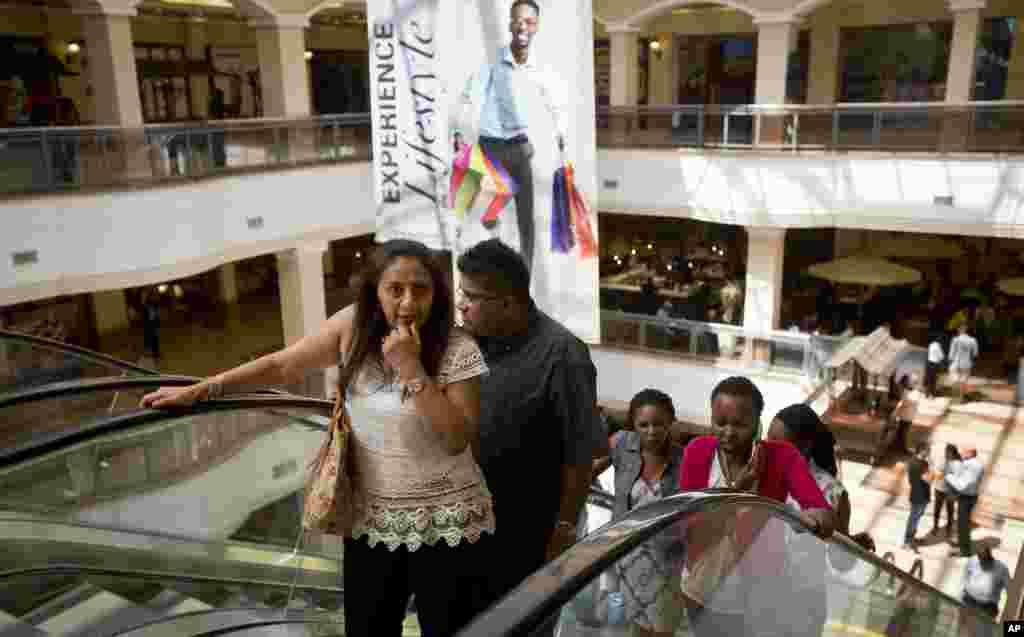 Des visiteurs reviennent au Westgate Shopping Mall rouvert, près de deux ans après une attaque terroriste, le 18 juillet 2015.