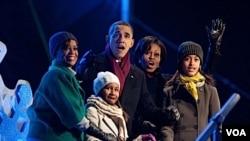 美国总统奥巴马全家左一是第一丈母娘玛丽安·罗宾逊