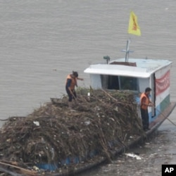长江上都清漂船