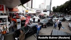 صف های طولانی مردم در جایگاه های سوخت برزیل در پی اعتصاب کامیون داران و اعتراضشان به قیمت بالای سوخت