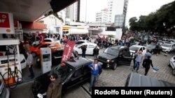 Longas filas numa bomba de gasolina de Curitiba, devido à greve dos camionistas contra o aumento do preço do gasóleo.