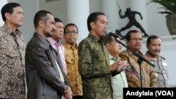 Presiden Jokowi didampingi Ketua KPK dan Wakapolri menggelar pertemuan pers, di Istana Bogor, Jawa Barat, 23 Januari 2014 (Foto: VOA/Andylala).