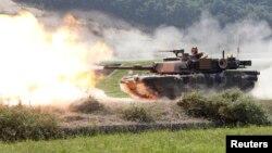 Xe tăng M1A2 SEP Abrams của Mỹ trong cuộc tập trận bắn đạn thật với quân đội Hàn Quốc tại Pocheon, khoảng 46 km (28 dặm) đông bắc Seoul.