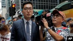 Các nhà báo vây quanh nhà hoạt động ủng hộ độc lập cho Hong Kong Andy Chan, trái, khi ông rời Câu lạc bộ Phóng viên Nước ngoài. Ảnh chụp ngày 14/8/2018. (AP Photo/Vincent Yu)