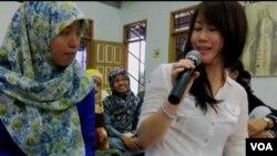 Relawan atau 'Duta Muda Amerika' menjawab berbagai pertanyaan dari para remaja muslim di Indonesia (foto video: courtesy Della Bradt).