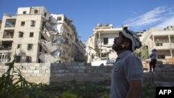 정부군의 공습이 이어지고 있는 시리아 알레포에서 한 시민이 하늘을 쳐다 보고 있다.