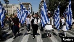 Các công nhân ở Hy Lạp trong trang phục truyền thống phản đối kế hoạch của chính phủ sa thải hàng ngàng công nhân, 26/4/2013