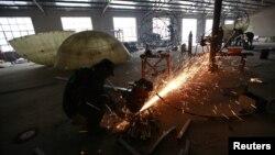 Công nhân đang làm việc tại một nhà máy thép ở tỉnh Hà Bắc, Trung Quốc. Thép giá rẻ và thép dài của Trung Quốc đang tràn ngập thị trường Việt Nam, gây ra những thiệt hại không thể khắc phục.