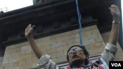 Warga dan para tukang becak di Solo menggelar demo anti korupsi (8/12).