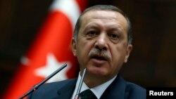Perdana Menteri Turki Recep Tayyip Erdogan dalam sebuah sidang parlemen di Ankara (25/6). (Reuters/Umit Bektas)