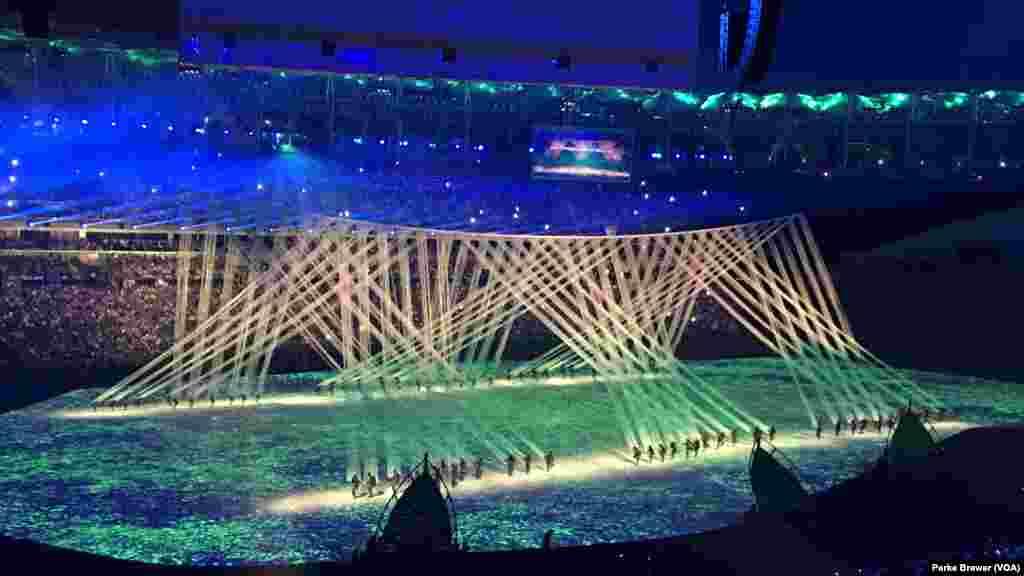 La lumière inonde la scène lors de la cérémonie d'ouverture des Jeux Olympiques d'été de 2016, 5 août 2016.