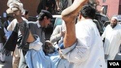 Seorang pria cedera dan dibawa ke rumah sakit akibat ledakan bom bunuh diri di Peshawar, Rabu (9/3).