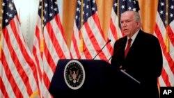 """El director de la CIA criticó a Donald Trump por """"hablar y tuitear"""" sobre posiblemente aliviar las sanciones contra Rusia."""
