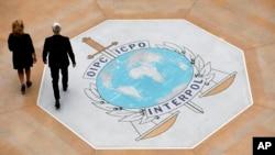 法國里昂國際刑警組織總部大廳地板上的該組織標識。