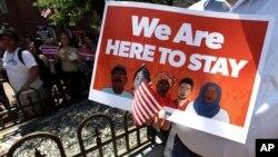 بے دخلی کے خلاف بوسٹن میں تارکین وطن کے مظاہرے کا ایک بینر۔