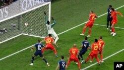 Samuel Umtiti dari Perancis, (dua dari kanan), mencetak gol pembuka dalam pertandingan semifinal Piala Dunia 2018, antara Perancis dan Belgia, di Stadion St. Petersburg, Rusia, Selasa, 10 Juli 2018.