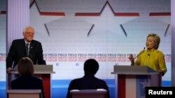 미국 대선 민주당 경선 후보인 힐러리 클린턴 전 국무장관(오른쪽)과 버니 샌더스 상원의원이 11일 양자 TV토론회에서 정치 공방을 벌이고 있다.