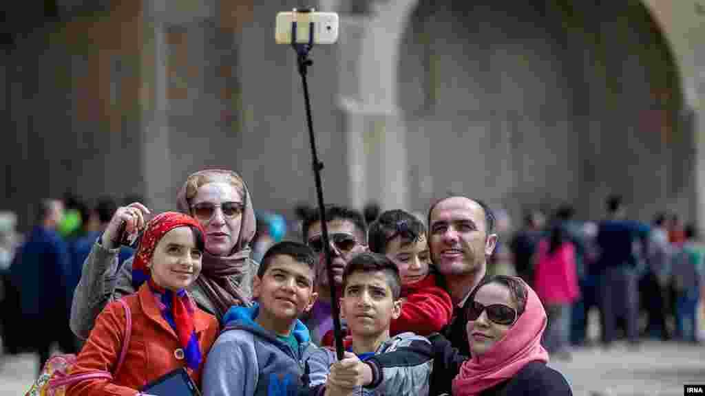 روزهای عید و سلفی خانوادگی در مقابل طاق بستان در کرمانشاه. عکس: بهمن زارعی، ایرنا