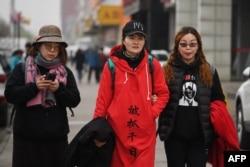 """德国留学生穆达伟( David Missal )2018年4月追踪拍摄了被押维权律师王全璋的妻子李文足(中)和维权律师李和平的妻子王峭岭等人在北京进行的""""百里寻夫""""之旅。"""