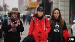 被拘留维权律师王全璋的妻子李文祖(中)和维权律师李和平的妻子王峭岭等人2018年4月5日在北京郊区行走。