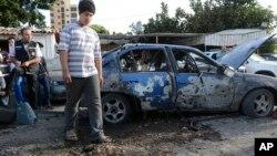 兩枚火箭彈擊中了貝魯特的一個社區一名黎巴嫩男子在現場檢視情況。