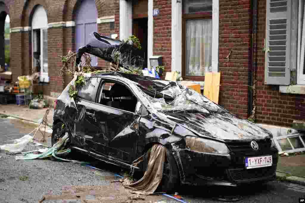 Automobil posut krhotinama u ulici nakon poplave u Ensivalu u Belgiji. ( Foto: Francisko Seko / AP )