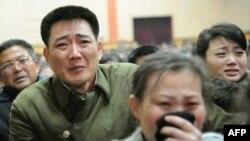 Dân chúng Bắc Triều Tiên than khóc khi nghe tin về cái chết của lãnh tụ Kim Jong Il tại Bình Nhưỡng, ngày 19/12/2011