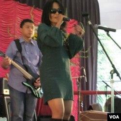 Atiek CB mengiringi warga bersilaturahmi dengan lagu-lagu hitsnya.