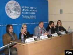 """Učesnici debate """"Narkomanija i alkoholizam na Kosovu - kako se boriti protiv poroka koji uništavaju mlade?"""" u medija centru u Čaglavici (Foto: VOA)"""
