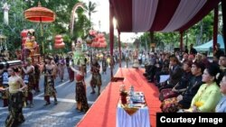 Presiden Jokowi dan ibu negara Iriana menyaksikan karnaval budaya Bali di Nusa Dua, Jumat 12/10 (Foto: Setpres RI).