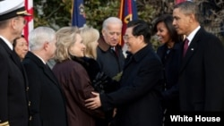 President Barack Obama, First Lady Michelle Obama and President Hu Jintao of China greet the U.S. delegation, including Secretary of State Hillary Rodham Clinton, on the South Lawn of the White House, Jan. 19, 2010. (Official White House Photo by Pete Sou