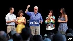 Mike Pence, gjatë fushatës për guvernator të shtetit Indiana, i rrethuar nga familja e tij, nga e majta djali i tij Michael, vajza Charlotte, bashkëshortja Karen dhe vajza tjetër Audrey