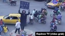 L'oeuvre est démontée par des activites camerounais, à Douala, Cameroun, le 7 décembre 2017. (Screen shot Equinox TV)