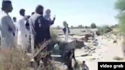 مردم مناطق سیل زده خود با دستان خالی در حال تلاش برای کمک رسانی به یکدیگر هستند.