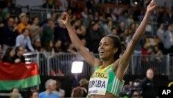 L'Ethiopienne Genzebe Dibaba jubile après avoir battu son propre record du monde du 2000 m, aux championnats du monde en salle, à Portland, Ore, 20 mars 2016.