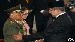 KSAD yang baru, Letnan Jenderal Pramono Edhie Wibowo, beserta isteri disalami oleh Presiden Susilo Bambang Yudhoyono setelah dilantik hari Kamis (30/6).