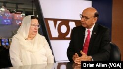 Khizr dan Ghazala Khan, orangtua tentara AS yang tewas di Irak, berbicara kepada VOA di Washington, D.C. (1/8). (VOA/Brian Allen)