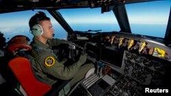 Một phi công của Không quân Hoàng gia Úc lái chiếc AP-3C Orion ở miền Nam Ấn Độ Dương.