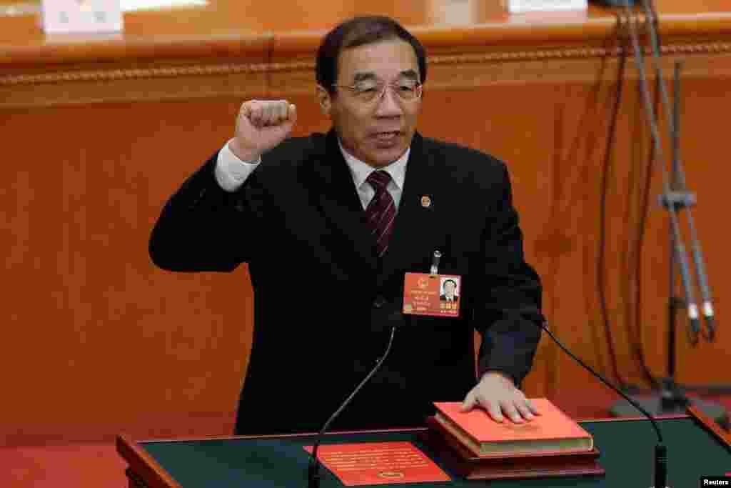 2018年3月18日,新当选的中国国家监察委员会主任杨晓渡在全国人民代表大会第六次全体会议上手抚宪法宣誓就职。