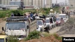 ພົນລະເມືອງທີ່ຢ້ານກົວ ການໂຈມຕີທາງອາກາດ ໂດຍກອງກຳລັງ ຂອງປະທານາທິບໍດີຊີເຣຍ ທ່ານ Bashar Al-Assad ພາກັນຫລົບໜີ ອອກຈາກເມືອງ Idlib ຫຼັງຈາກ ພວກນັກຕໍ່ສູ້ຂອງຝ່າຍກະບົດ ເຂົ້າຢຶດເອົາເມືອງ, ວັນທີ 28 ມີນາ 2015.