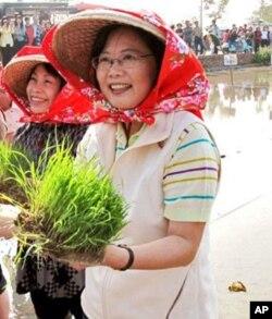 民进党主席蔡英文身穿农民服装
