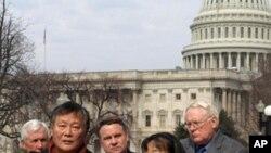 魏京生2009年2月在美国国会大厦外